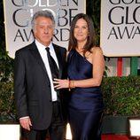 Dustin Hoffman y Lisa Gottsegen en la alfombra roja de los Globos de Oro 2012