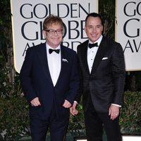 Elton John y David Furnish en la entrada de los Globos de Oro 2012