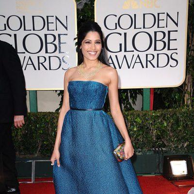 Freida Pinto posa en la alfombra roja de los Globos de Oro 2012