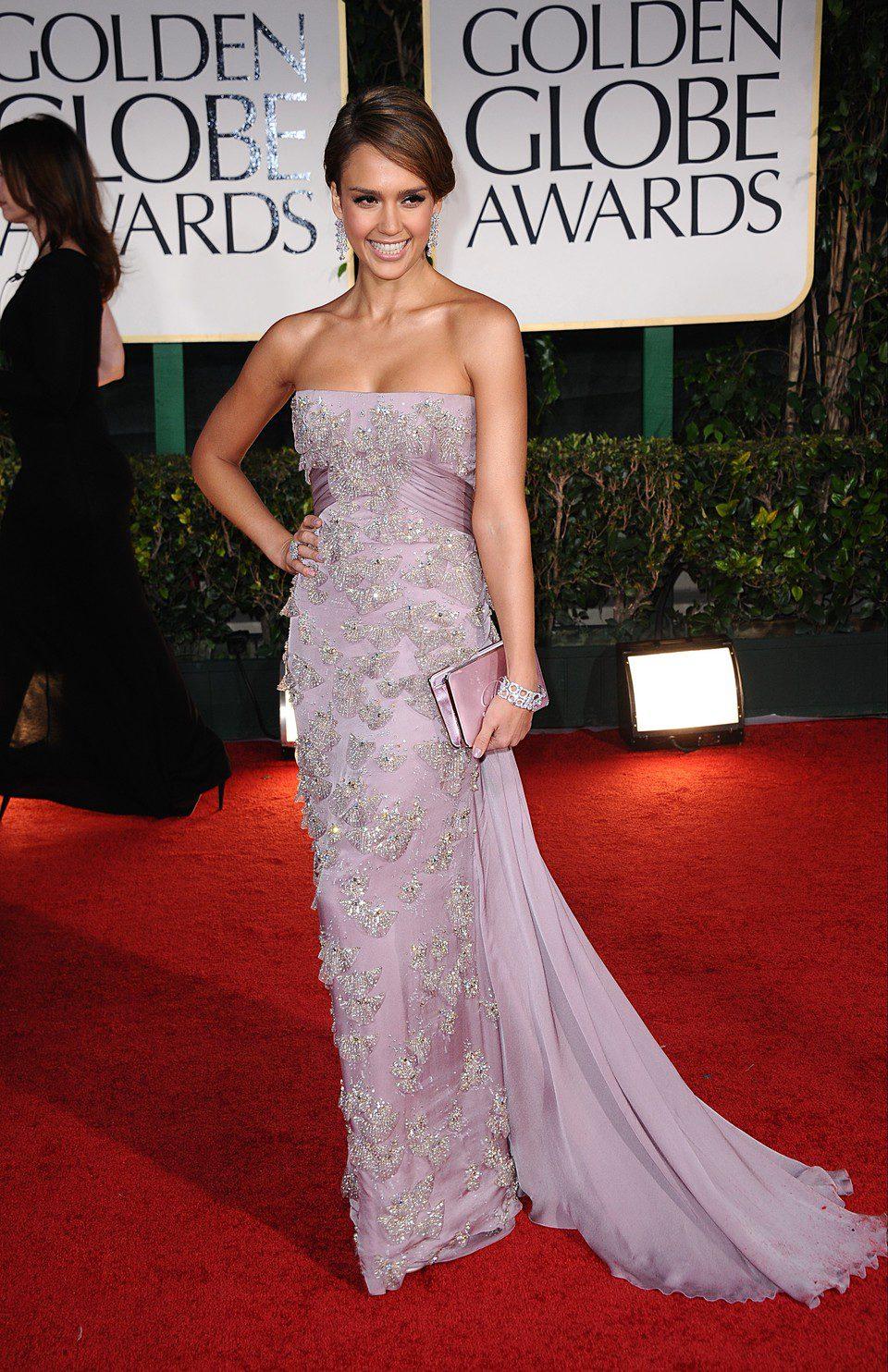 Jessica Alba posa en la entrada de los Globos de Oro 2012