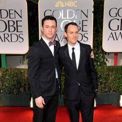 Joseph Gordon Levitt y Will Reiser posan en los Globos de Oro 2012