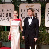 Angelina Jolie y Brad Pitt posan juntos en los Globos de Oro 2012
