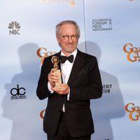 Steven Spielberg posa con el Globo de Oro de 'Las aventuras de Tintín: El secreto del Unicornio'