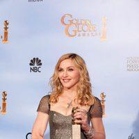 Madonna posa con su Globo de Oro a Mejor canción