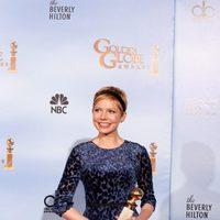 Michelle Williams posa con su Globo de Oro a Mejor actriz de comedia