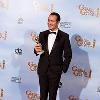 Jean Dujardin posa con su Globo de Oro a Mejor actor de comedia