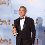 George Clooney posa con su Globo de Oro a Mejor actor de drama