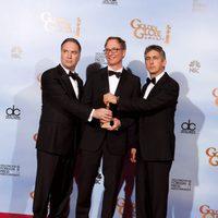 El equipo de 'Los descendientes' posan con su Globo de Oro a Mejor película de drama