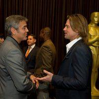 George Clooney y Brad Pitt conversan en la comida de los nominados a los Oscar 2012