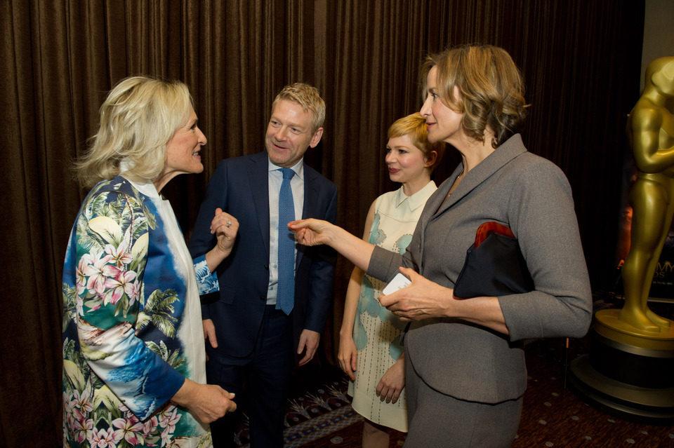 Glenn Close, Kenneth Brannagh y Michelle Williams charlan en la comida de los nominados a los Oscar 2012