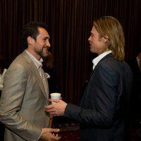 Demian Bichir y Brad Pitt se saludan en la comida de nominados de los Oscar 2012