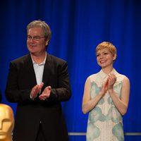 Gore Verbinski y Michelle Williams sonríen en la comida de nominados a los Oscar 2012