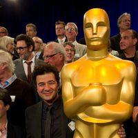 Ludovic Bource posa con el Oscar gigante de la comida de nominados