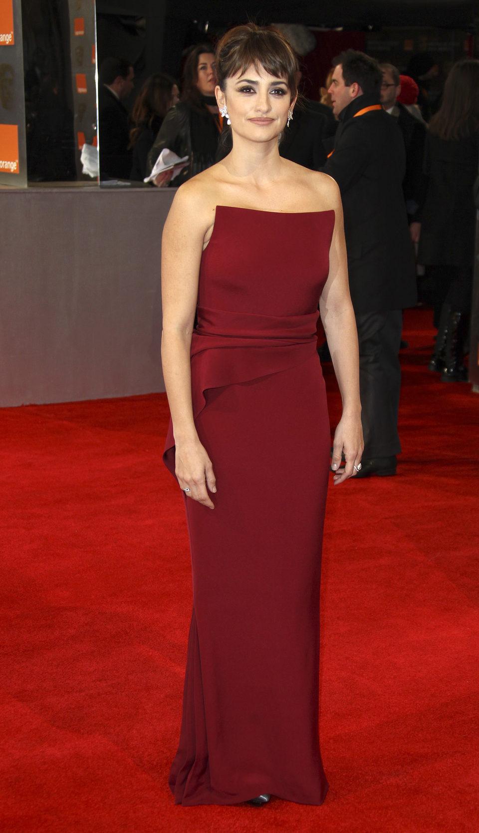 Penélope Cruz posa en la alfombra roja de los BAFTA 2012