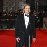 Brad Pitt sonríe en la entrada de los premios BAFTA 2012