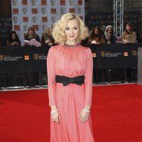 Fearne Cotton posa a la entrada de los BAFTA 2012