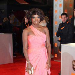 Viola Davis posa en la alfombra roja de los premios BAFTA 2012