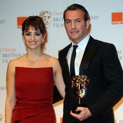 Penélope Cruz sonríe junto a Jean Dujardin en los BAFTA 2012