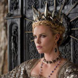 Charlize Theron, sentada en su trono de 'Blancanieves y la leyenda del cazador'
