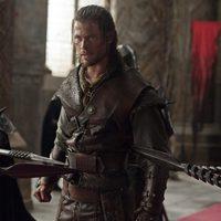 Chris Hemsworth ante la reina en 'Blancanieves y la leyenda del cazador'