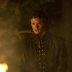 Sam Claflin junto al fuego en 'Blancanieves y la leyenda del cazador'