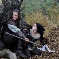 Chris Hemsworth protege a Kristen Stewart en 'Blancanieves y la leyenda del cazador'
