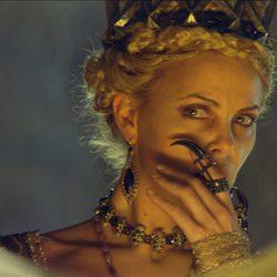 Charlize Theron conjura al espejo mágico en 'Blancanieves y la leyenda del cazador'