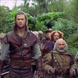 Chris Hemsworth con los siete enanos de 'Blancanieves y la leyenda del cazador'