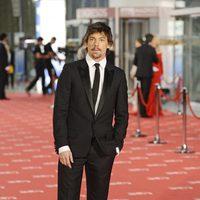 Adrián Lastra posa a la entrada de los premios Goya 2012
