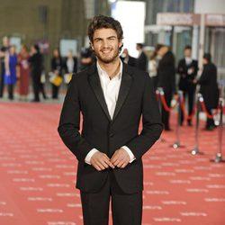 Maxi Iglesias posa a la entrada de los Premios Goya 2012