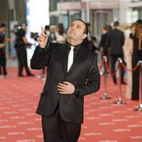 Carlos Areces mira al cielo en la alfombra roja de los Goya 2012