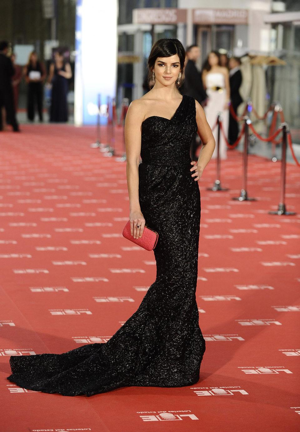 Clara Lago cruza la alfombra roja de los Goya 2012