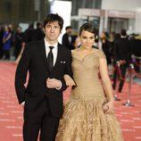 Eduardo Chapero-Jackson y Alba García posan a la entrada de los Goya 2012