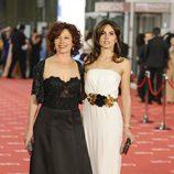 Icíar Bollaín y Verónica Echegui en la entrada de los Goya 2012