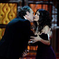 Salma Hayek besa a José Coronado en el escenario de los Goya 2012