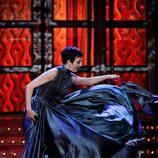 Eva Hache se coloca el vestido en los Goya 2012