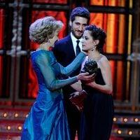 Marisa Paredes y Alberto Ammann entregan el Goya 2012 a María León