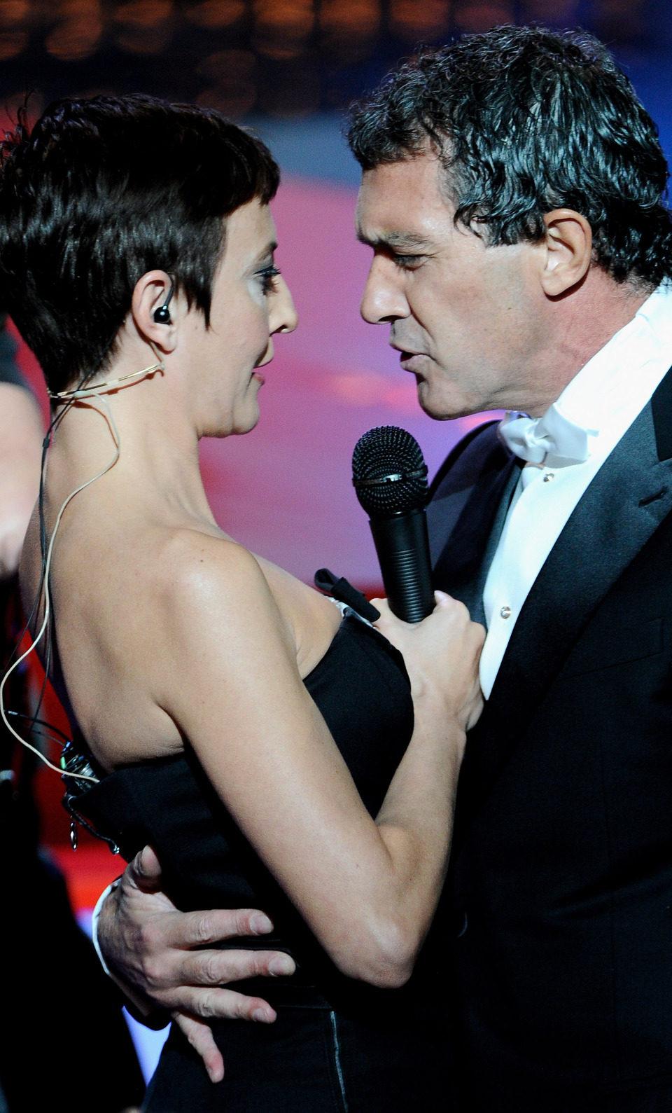 Eva Hache canta con Antonio Banderas en los Goya 2012
