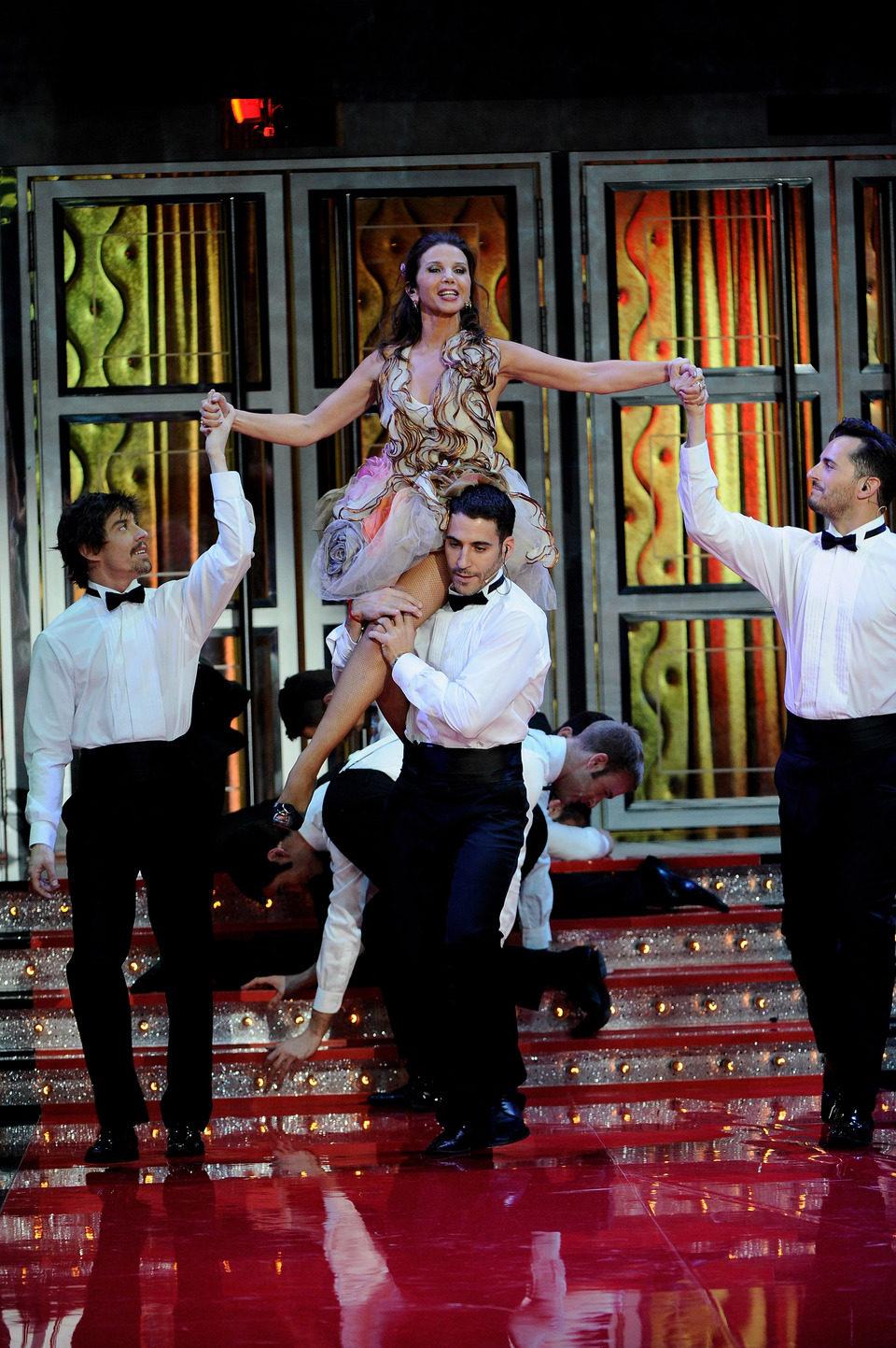 Victoria Abril en brazos de Miguel Ángel Silvestre, Asier Etxeandía y Adrián Lastra en los Goya 2012