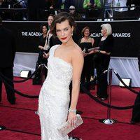 Milla Jovovich en la alfombra roja de los Oscar 2012