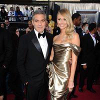George Clooney y Stacy Keibler en la alfombra roja de los Oscar 2012