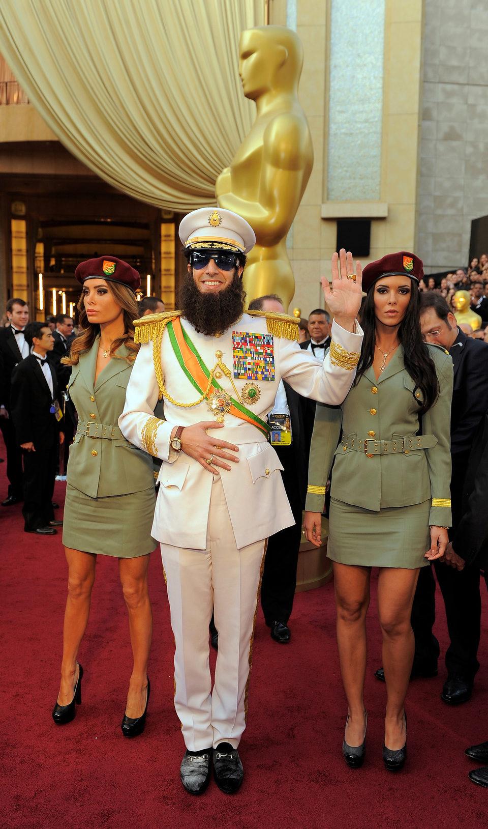 Sacha Baron Cohen como 'El Dictador' en la alfombra roja de los Oscar 2012