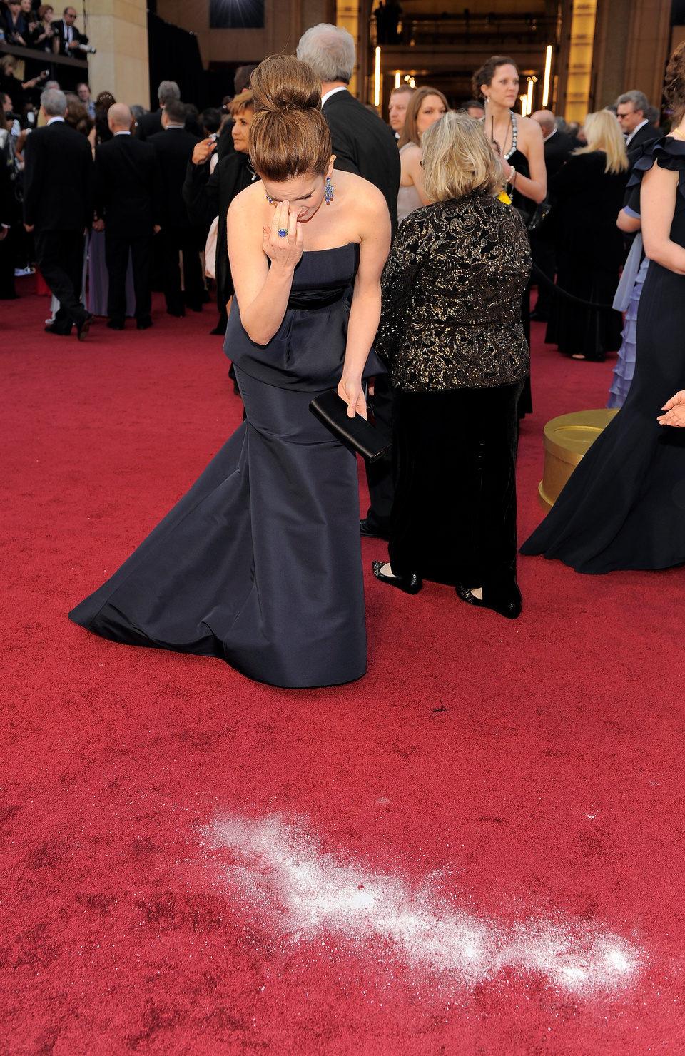 Tina Fey se santigua en la alfombra roja de los Oscar 2012