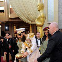 Sacha Baron Cohen esparce las cenizas de Kim Jong Il en la alfombra roja de los Oscar 2012