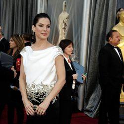 Sandra Bullock en la alfombra roja de los Oscar 2012