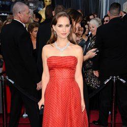 Natalie Portman en la alfombra roja de los Oscar 2012