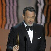 Tom Hanks presenta un premio en los Oscar 2012