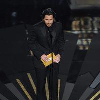 Christian Bale presenta un premio en los Oscar 2012