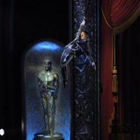 Un bailarín del Circo del Sol sobrevuela el teatro en los Oscar 2012