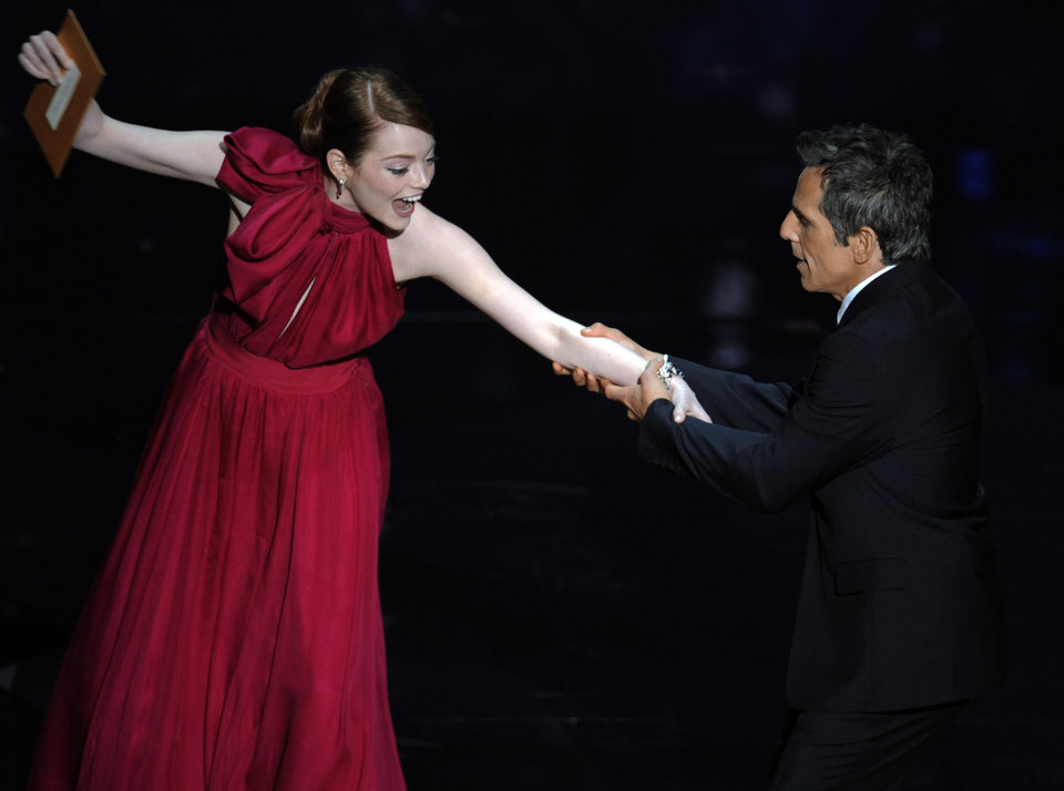 Emma Stone y Ben Stiller bromean en la gala de los Oscar 2012